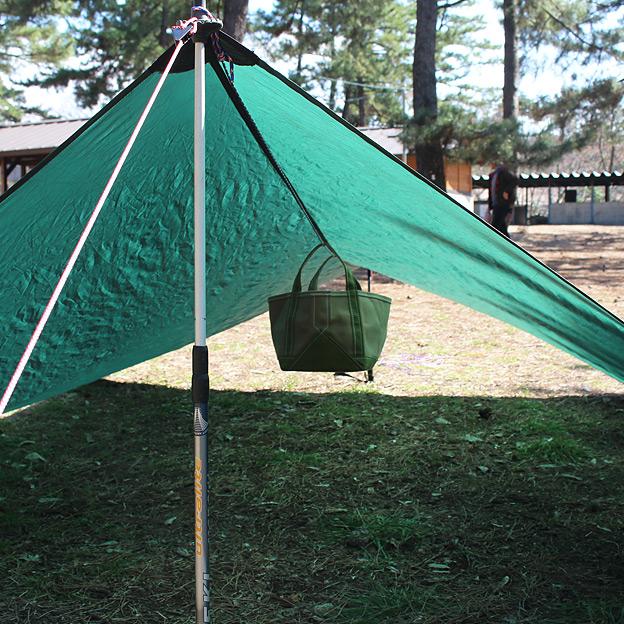 CAMP HOUSE/タープ下に荷物を吊り下げ収納する