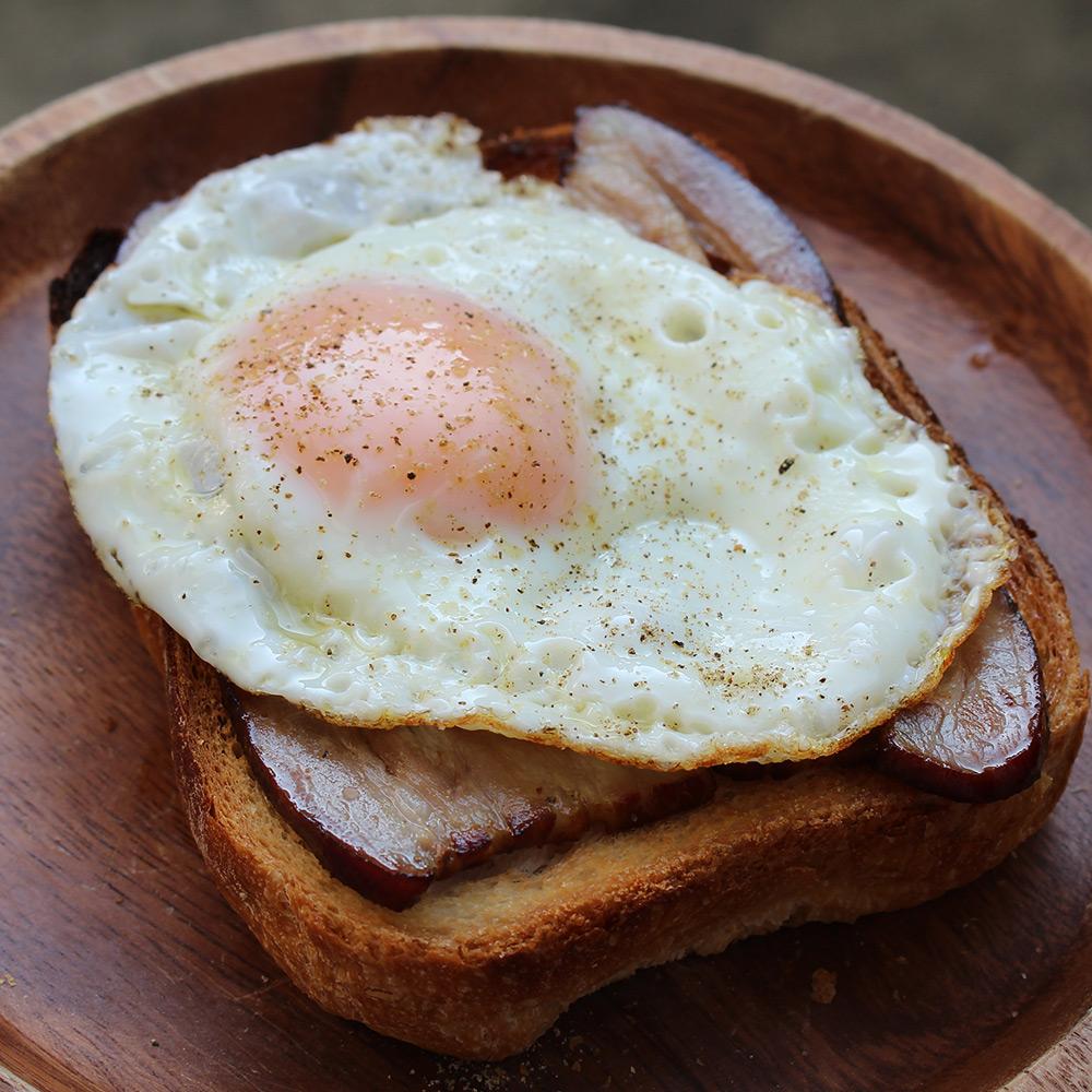 CAMP HOUSE/自家製ベーコンのサンドイッチ