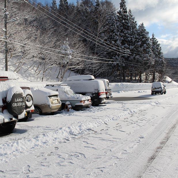 CAMP HOUSE/恩原高原での雪中キャンプ-2日目の車たち