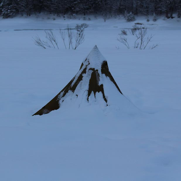 CAMP HOUSE/恩原高原での雪中キャンプ-雪に埋もれたローカスギアカフラシル