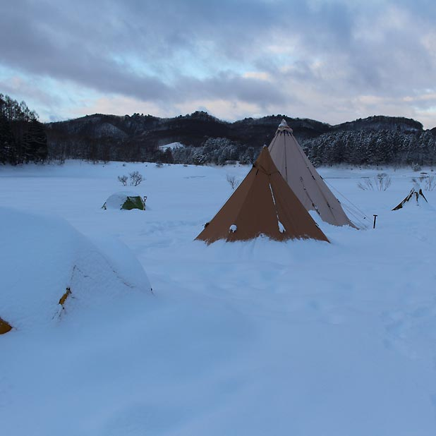 CAMP HOUSE/恩原高原での雪中キャンプ-新雪に包まれたテントたち