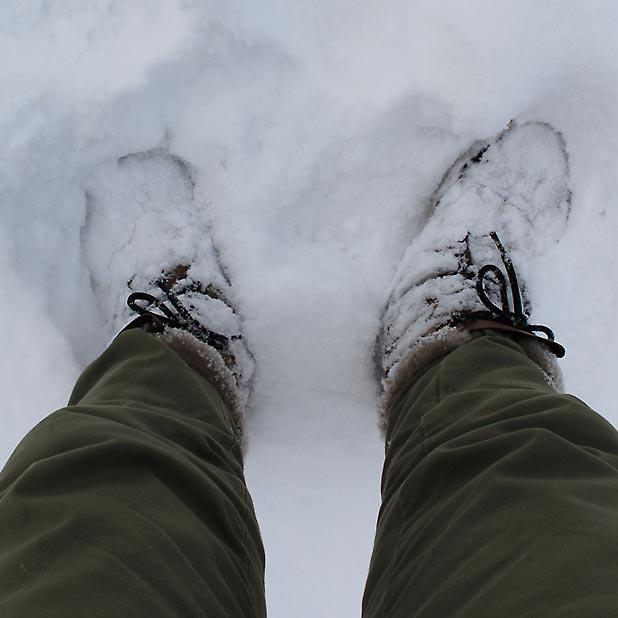 CAMP HOUSE/恩原高原での雪中キャンプ-SORELに付着したパウダースノー