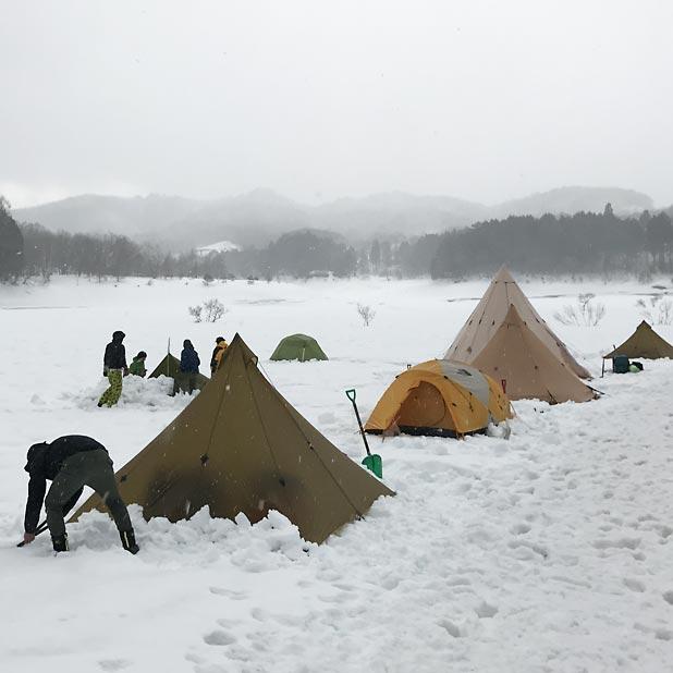 CAMP HOUSE/恩原高原での雪中キャンプ-テント設営中