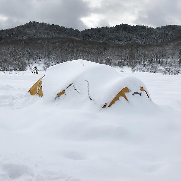 CAMP HOUSE/恩原高原での雪中キャンプ-雪に埋もれたThe North Face Mountain35