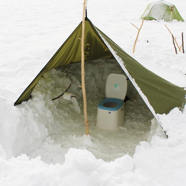 CAMP HOUSE/恩原高原での雪中キャンプ-仮設トイレ