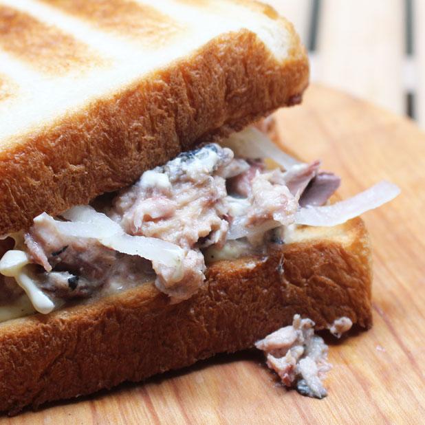 CAMP HOUSE/サバのサンドイッチ