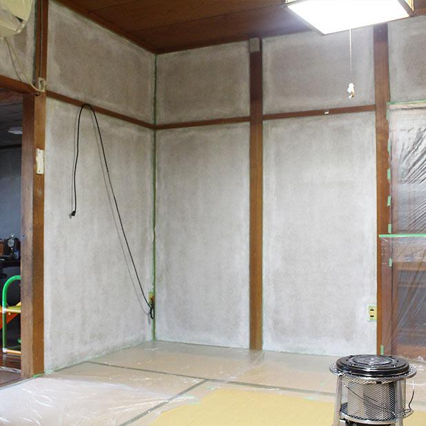 T町ハウスの砂壁下塗り完成