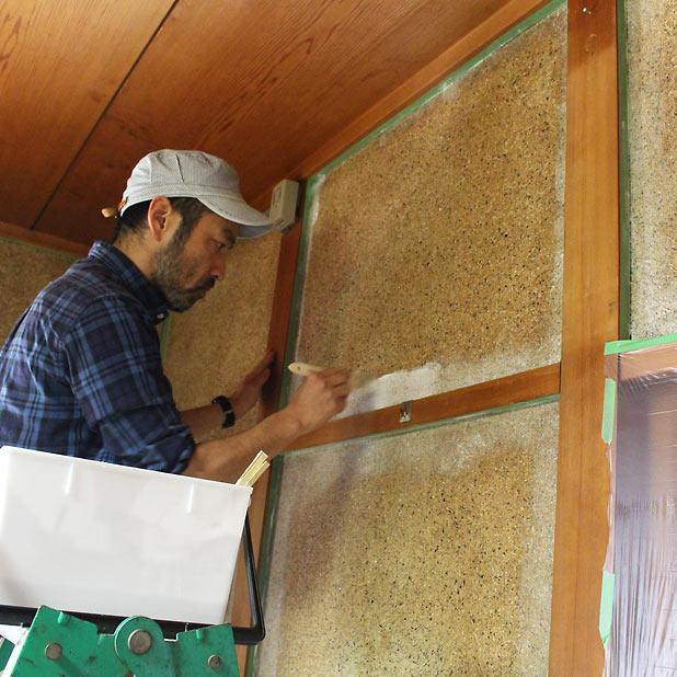 T町ハウスの改修 - 砂壁に漆喰を塗る