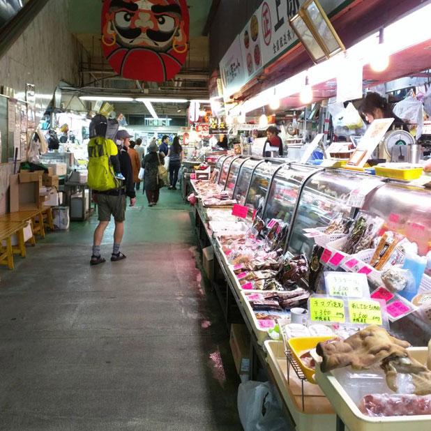 mont-bellのベビーキャリアをかついで沖縄那覇牧志公設市場を歩く