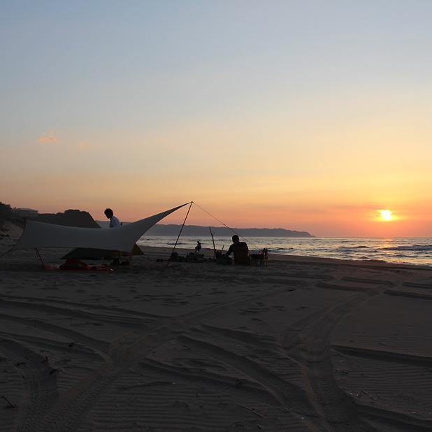 CAMP HOUSE/夕焼けのビーチでキャンプ