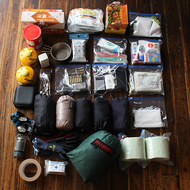 CAMP HOUSE/非常用持ち出し袋に入れるアイテムを並べてみた