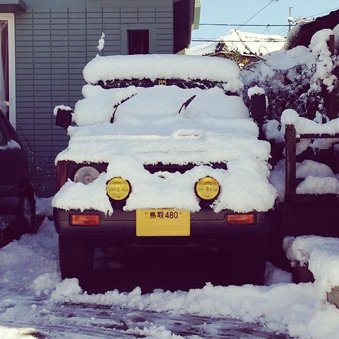 雪に埋もれるジムニー