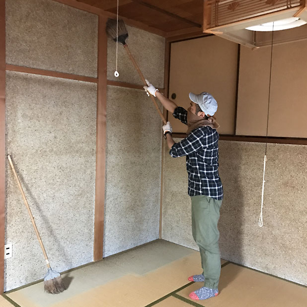 T町ハウスの改修 - 砂壁に漆喰を塗る(1)砂を落とす