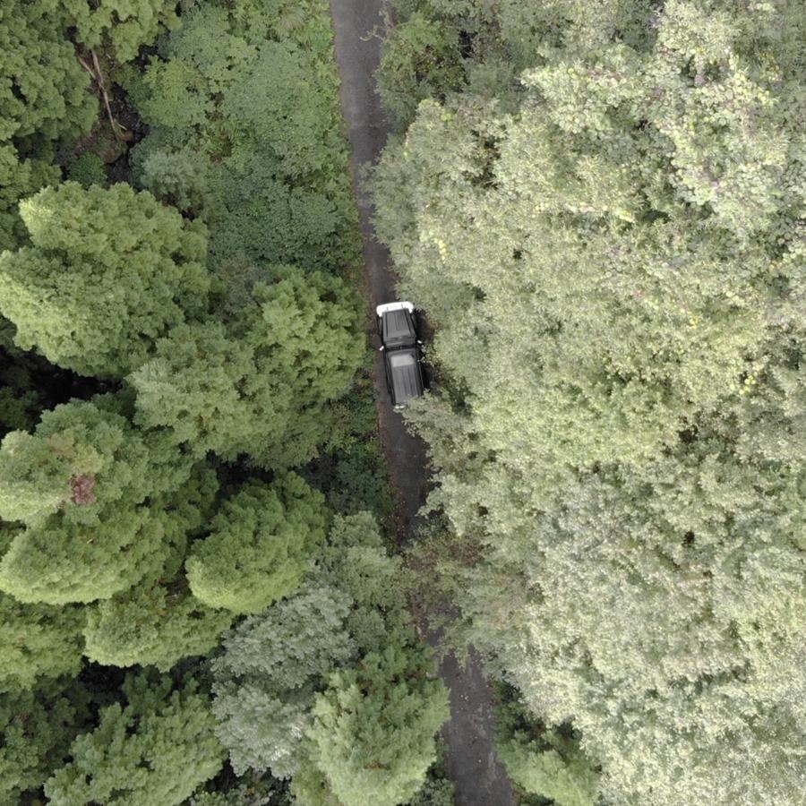 キャンプ地に向かうランクルを空から撮影